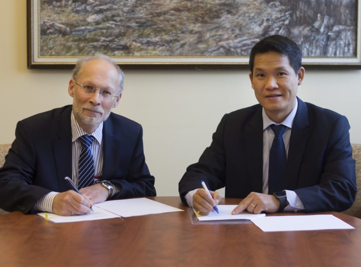 Dr. Neil Bose and Dr. Phan Minh Quoc Binh, rector, PVU, sign the Agreement of Co-operation on Nov. 8.