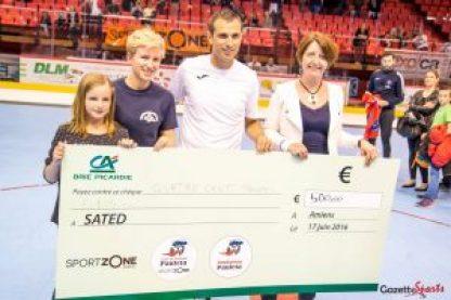 Ingrid Dordain-Saint (à droite), reçoit le chèque de 500€ des mains de Pauleta. Photo : David Gillard
