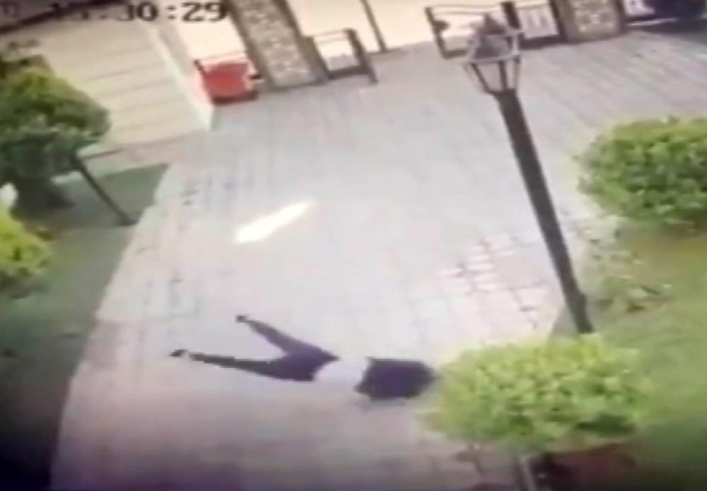 Genç kızın 4. kattan düşme anı güvenlik kamerasında