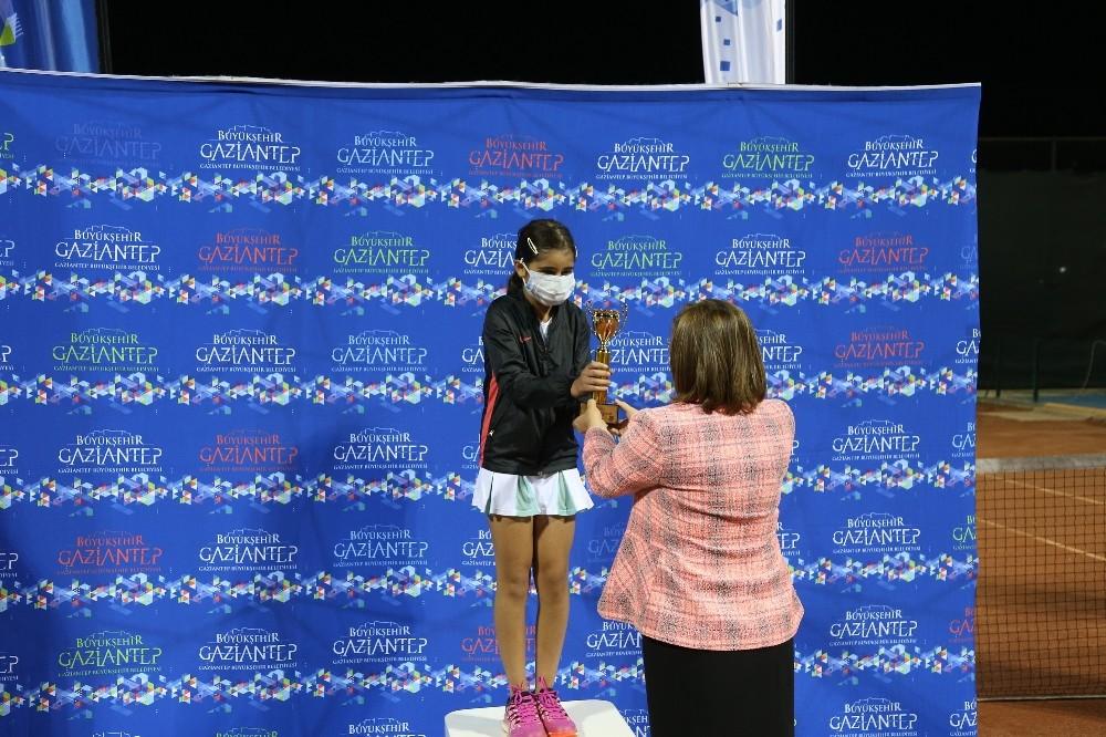Büyükşehir'in düzenlediği polyment tenis turnuvası cumhuriyet kupası tamamlandı