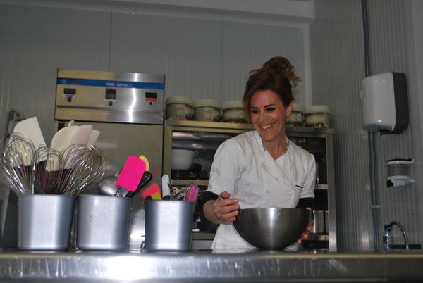 Maite, emprendedora de más de 40 años, en su negocio de tartas: Maika