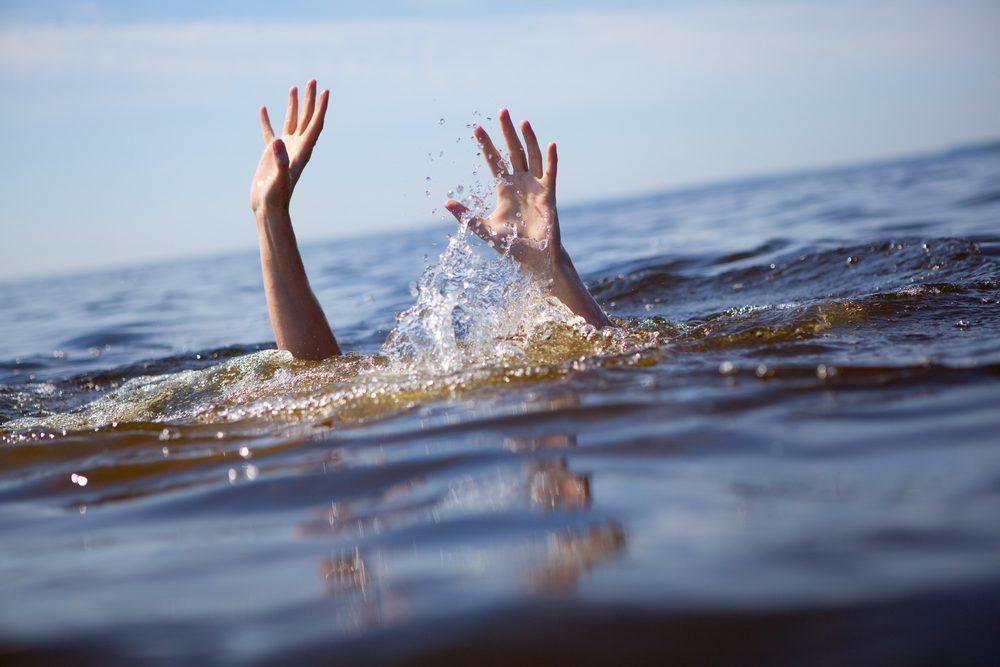 มือคนกำลังจมน้ำ
