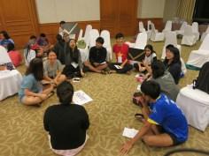 年青人在營會主題活動中分組討論