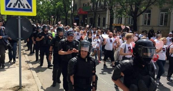 Moldovan police form a guard for Pride parade participants