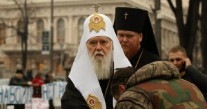 COVID Euromaidan activist kisses the hand of Filaret, the Patriarch of Kyiv