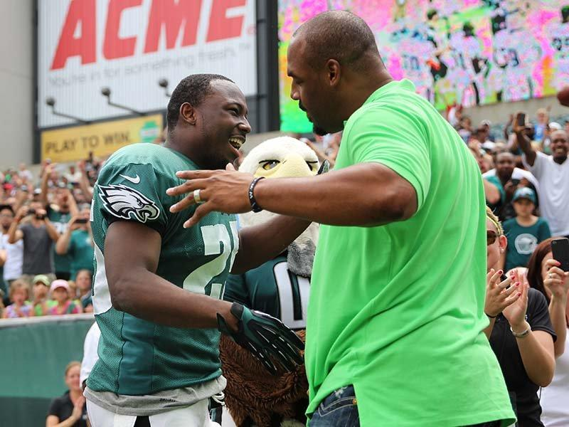 Eagles Fans Greet Donovan McNabb With A Huge Applause