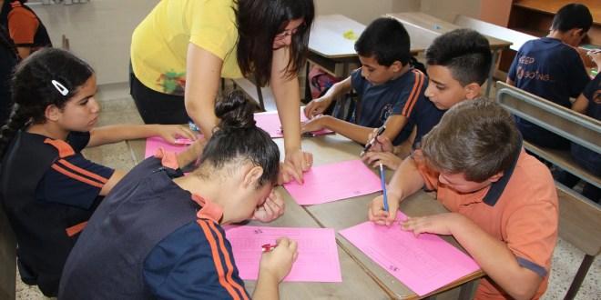 قامت معلمة الرياضيات شيرين عوض حنونة بعمل نشاط ( إلعب مع الأعداد الصحيحة ) للصف السابع يوم الإثنين 25 – 9 – 2017 ، حيث قسمت المعلمة الصف إلى خمس مجموعات متجانسة مكونة من 6 طلاب. اتسمت المسابقة بمشاركة فعالة للطلبة عملوا خلالها بروح الفريق حتى يصلوا للفوز، مستخدمين جميع المهارات المكتسبة من وحدة الأعداد الصحيحة. تعادل مجموعتان : المجموعة الأولى مكونة من الطلبة : الياس مصلح ، بيسان بنورة ، لورا اليتيم ، ريكاردو مصلح ، عامر الطويل . المجموعة الثانية : جورج قمصية ، ركان ابراهيم ، باسل بنورة ، زيد برهم ، لاميتا عواد .