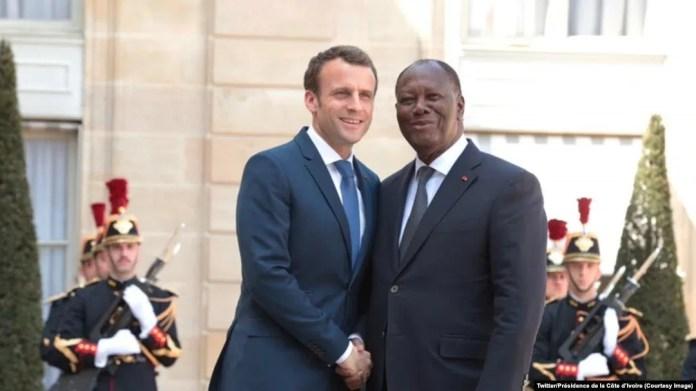 Le président Alassane Ouattara et son homologue Emmanuel Macron se saluent devant le palais de l'Elysée, Paris, France, 20 avril 2018. (Twitter/Présidence de la Côte d'Ivoire)
