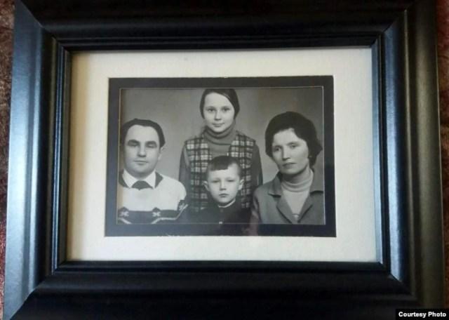 Владимир Половчак с родителями и старшей сестрой Натальей