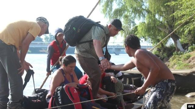 Cubanos cruzan el río Suchiate, en la frontera de Guatemala y México. Archivo.