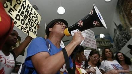 Simpatizantes del régimen cubano gritan consignas y muestran carteles durante un evento para la exhibición del documental