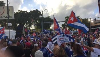 """Cubanos exiliados marchan en Miami """"por una Cuba libre"""""""