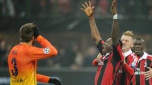 El delantero del AC Milan, Sulley Muntari (c), celebra con sus compañeros el segundo gol conseguido ante el FC Barcelona, durante el partido de ida de los octavos de final de la Liga de Campeones.