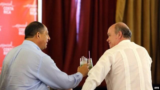 El presidente de Costa Rica, Luis Guillermo Solís (i), brinda con el ministro cubano de Comercio Exterior, Rodrigo Malmierca (d) hoy, lunes 14 de diciembre, durante la inauguración de un foro empresarial en La Habana (Cuba).