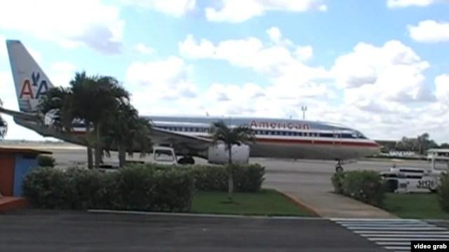 Un Boeing 737 de American espera en la Terminal 2 del Aeropuerto Internacional José Martí.