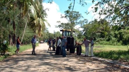 Grupo de campesinos cubanos, a punto de presentar sus solicitudes para recibir en usufructo tierras ociosas del Estado.
