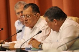 El miinistro de Economía Adel Yzquierdo (c) informa a la Asamblea Nacional la reducción a 1,4 % del pronóstico de crecimiento 2014.