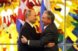 """""""¡El beso, el beso!"""": Castro y Putin se abrazan en La Habana después de hacer declaraciones a la prensa."""