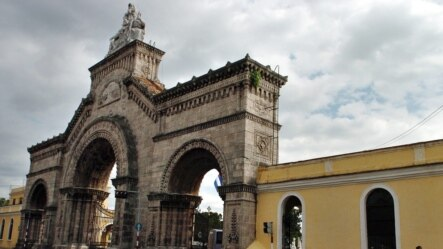 Pórtico de la Necrópolis Cristóbal Colón de La Habana.
