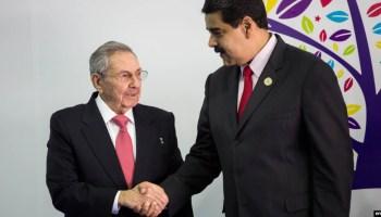 Nicolás Maduro recibe al gobernante cubanoi Raúl Castro, a su llegada a la cumbre en isla Margarita.