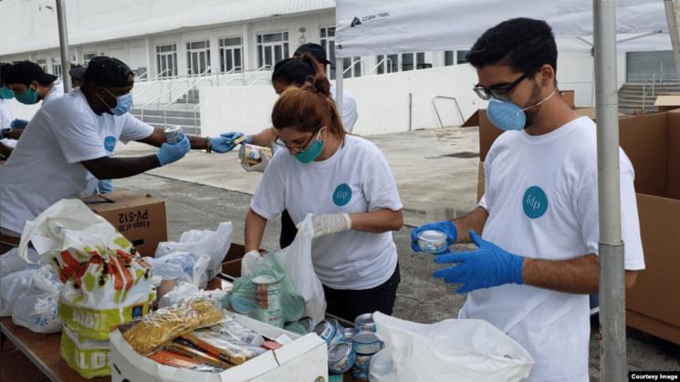 Voluntarios trabajan en la recogida de ayuda para enviar a los cubanos en la isla, como parte de la iniciativa Solidaridad entre Hermanos. (Foto tomada del Facebook de Ernesto Oliva Torres)
