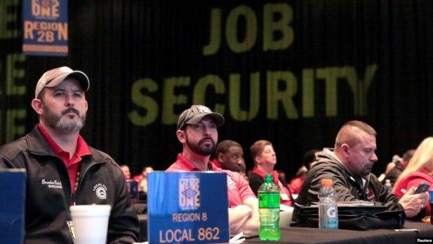 """Delegados del sindicato United Auto Workers escuchan a los conferencistas durante una """"'Convención especial sobre negociación colectiva"""", en Detroit."""