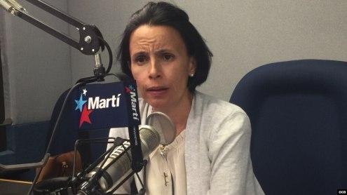 Omara Ruiz Urquiola en los estudios de Radio Martí. (Archivo)