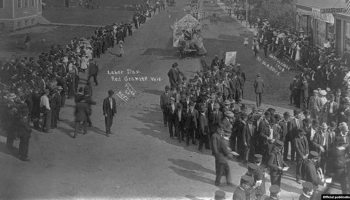 """Help us bust the bigest trust by smoking Union made cigars"", un desfile de Labor Day . Copyright 1908 by W. A. Keys. Library of Congress"