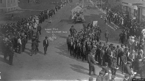 """""""Help us bust the bigest trust by smoking Union made cigars"""", un desfile de Labor Day . Copyright 1908 by W. A. Keys. Library of Congress"""