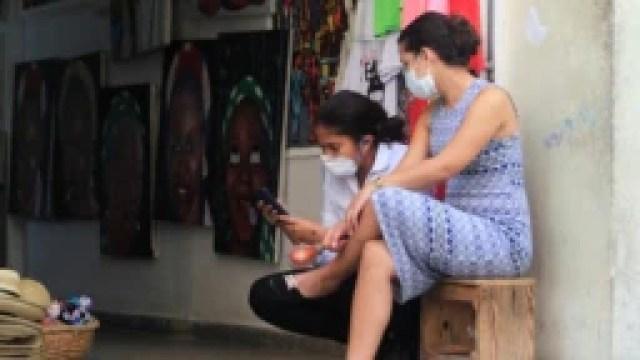 Vendedoras se protegen del contagio usando máscaras. REUTERS/Stringer