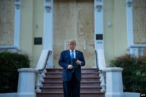 El presidente Donald Trump visita la Iglesia Episcopal de San Juan en DC.