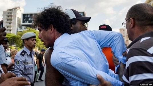 Arresto de Boris González Arenas, periodista independiente y activista de la sociedad civil en una marcha por los derechos LGBTI el 11 de mayo de 2019. Foto YAMIL LAGE / AFP