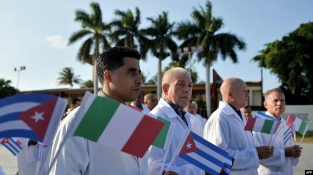 Cubanos de dentro y fuera de la isla han protestado por el envió de médicos a Italia mientras los propios cubanos enfrentan un futuro incierto ante la propagación de la enfermedad. (Yamil LAGE/ FP)