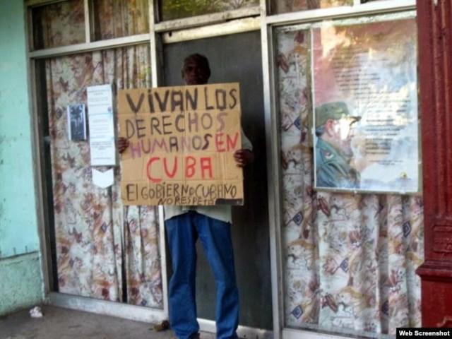 En una imagen tomada en enero de 2015, Silverio Portal protesta frente a Poder Popular de Centro Habana. (Foto: Mario Echavarría Driggs)