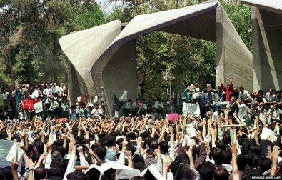 تجمع دانشجویان معترض مقابل دانشگاه تهران در ۱۹ تیرماه ۷۸