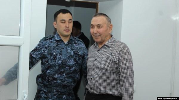 Подсудимый 68-летний Болатхан Жунусов (справа) в суде, где его обвиняют в «участии» в деятельности запрещенного судом объединения. Талдыкорган, 16 сентября 2019 года.