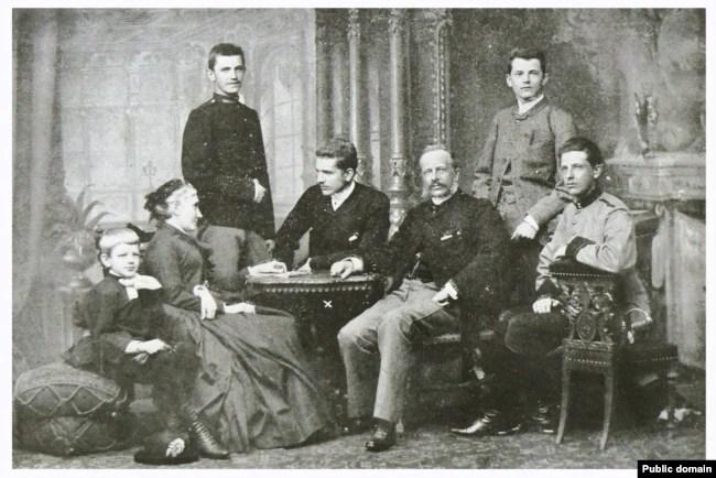 Митрополит Андрей Шептицький разом із родиною у Прилбичах перед вступом у монастир