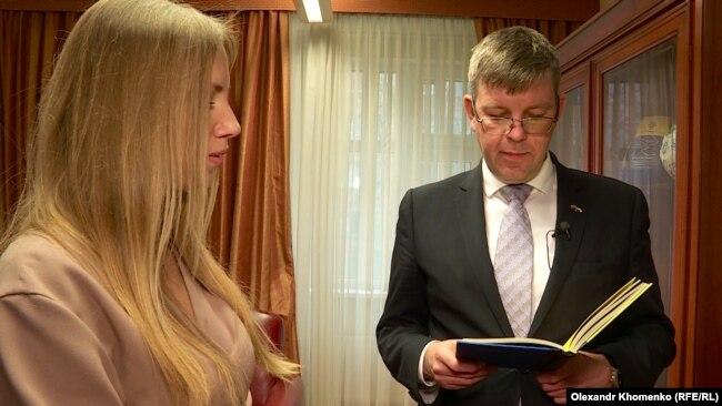 Посол Литви в Україні Марюс Януконіс читає поезію