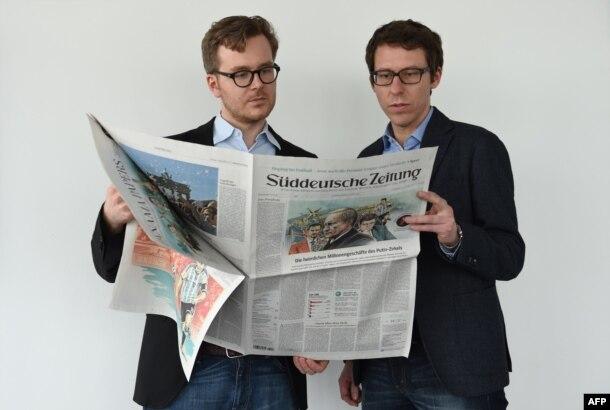 """""""Panama Papers"""" araşdırmasının həmmüəllifləri, alman jurnalistləri Frederik Obermaier və Bastian Obermayer."""