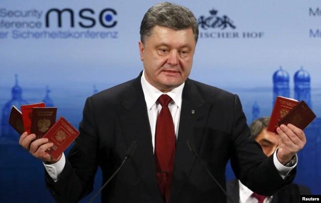 Президент України Петро Порошенко демонструє на Мюнхенській конференції з безпеки військові квитки та паспорти військовослужбовців Росії, які були здобуті в зоні бойових дій на Донбасі. Мюнхен, 7 лютого 2015 року