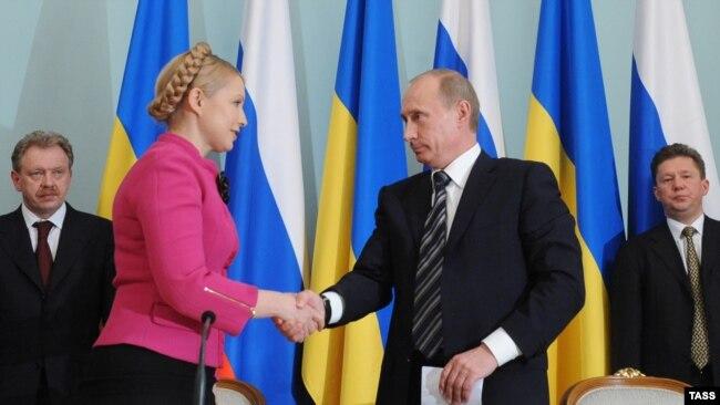 Тодішні прем'єр-міністри України і Росії, Юлія Тимошенко і Володимир Путін, після підписання газової угоди між «Нафтогазом України» і «Газпромом». Москва, 19 січня 2009 року