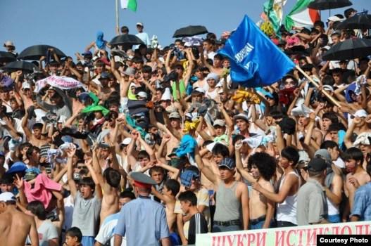 Бозии футбол миёни тимҳои 'Истиқлол' ва 'Равшан' дар варзишгоҳи марказии шаҳри Кӯлоб, моҳи июни соли 2011.