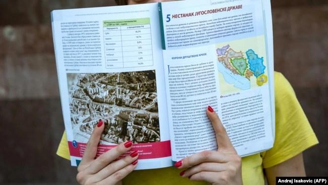 'Mislim da, ukoliko u BiH bude političke pameti, da razumije na koji način je Jugoslavija ušla u probleme, kako je ta nespremnost da se razumiju drugi i želja da se dominira drugima, došla glave Jugoslaviji.' (Na fotografiji jedan od akuelnih udžbenika)