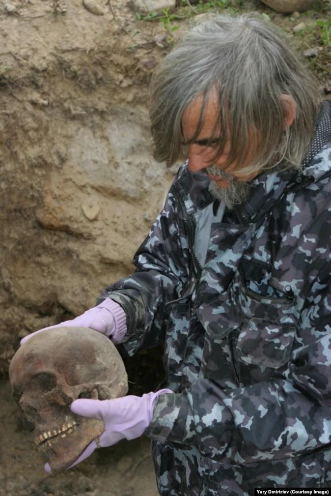 Юрій Дмитрієв на місці розкопок на Соловках