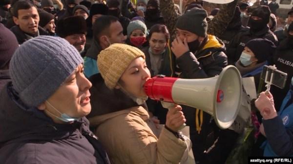 Активист Жанболат Мамай — глава группы по созданию Демократической партии, активистка Асем Жапишева, участница движения «Oyan, Qazaqstan», во время протеста в Алматы. 10 января 2021 года.