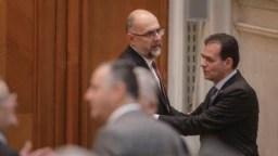 Liderii Coaliției negociază desființarea Secției Speciale. Președintele PNL, Ludovic Orban, și președintele UDMR, Kelemen Hunor, în Parlament, februarie 2021.