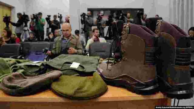 Увесь одяг і взуття виготовлено на тендерній основі
