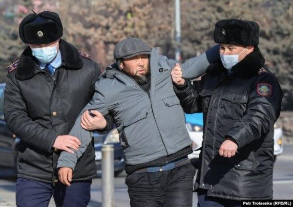 Полицейские задерживают мужчину в центре Алматы. 10 января 2021 года.