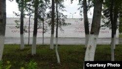 Вид снаружи на участок стены следственного изолятора города Павлодара, где сидит Арон Атабек (Едигеев).