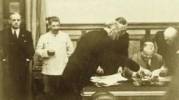 Зліва направо: Йоахім фон Ріббентроп, Йосип Сталін, Фрідріх Вільгельм Гаус, Густав Хільгер, Фрідріх фон дер Шуленбург. Москва, Кремль, 23 серпня 1939 року